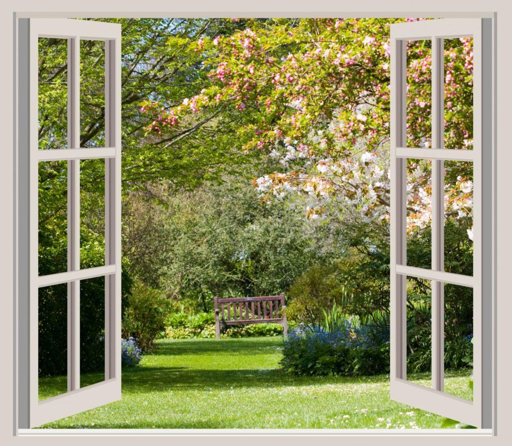 Fenêtre ouverte sur un jardin au printemps